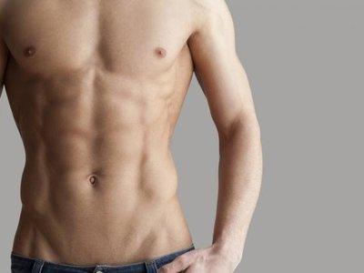 ¿Sólo tienes una barra para entrenar? Así puedes trabajar tu abdomen con ella