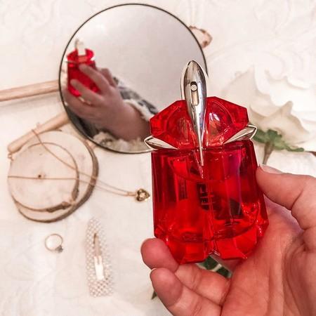 Si dudas entre un perfume especiado o uno floral, Alien Fusion de Mugler lo tiene todo