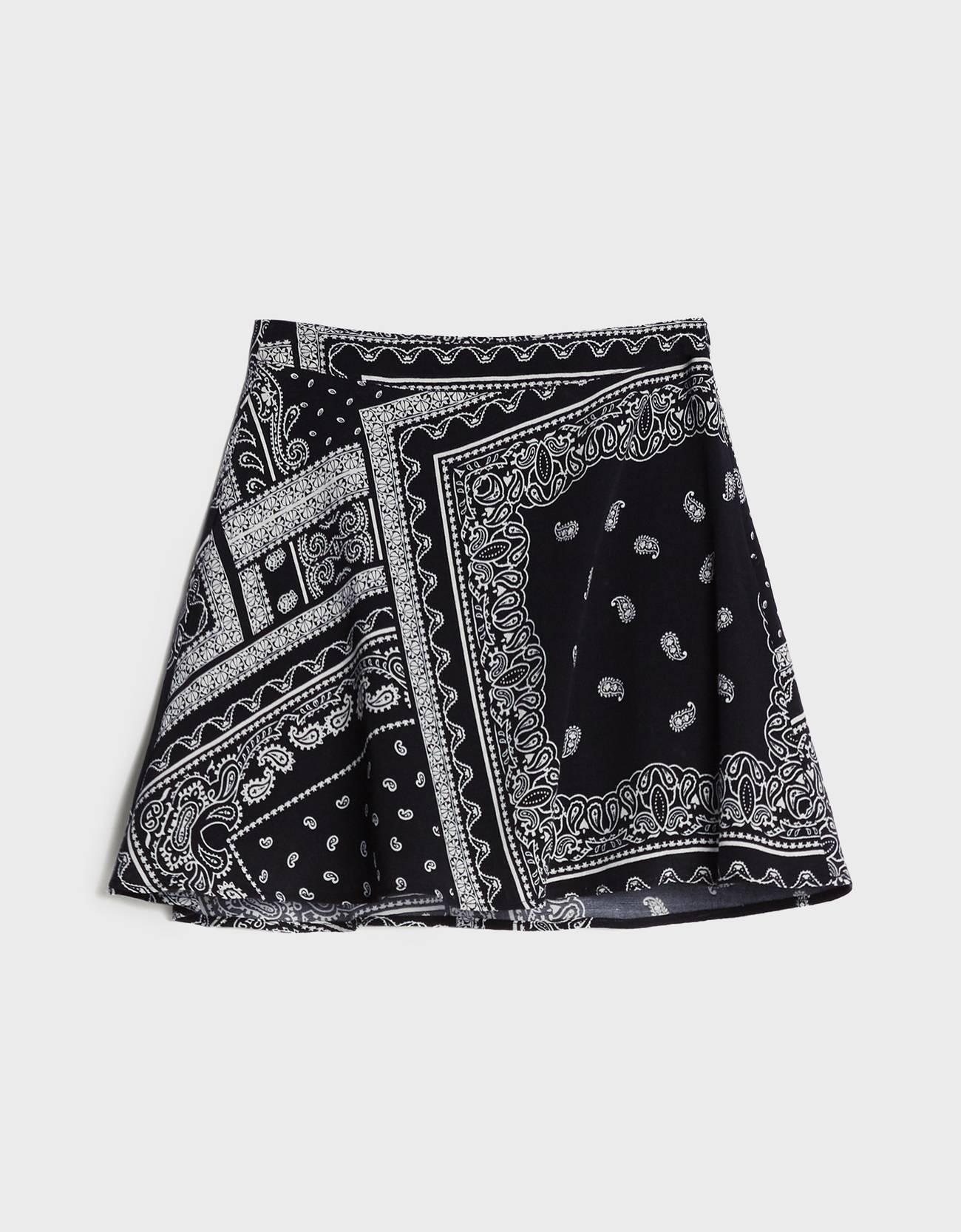 Minifalda estampada de color negro.