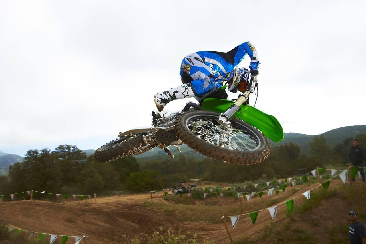 Foto de Nueva Kawasaki KX450F 2013: de la experiencia del AMA Supercross y Motocross a tu garaje (Acción) (3/42)