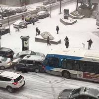 Autobuses, una patrulla y hasta una barredora de nieve protagonizan el choque más espectacular de la temporada