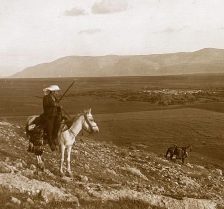 Un Hombre Montado A Caballo Con El Clasico Paisaje De Cisjordania De Fondo