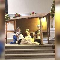 Una pequeña de dos años se 'roba' al Niño Jesús en plena representación del nacimiento