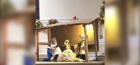 Una pequeña de dos años se 'roba' al Niño Jesús a mitad de la representación del nacimiento
