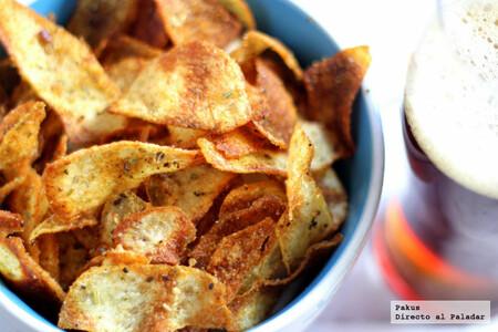 Virutas de patata crujientes y especiadas, receta ideal para un picoteo ligero