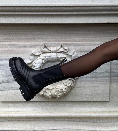 Clonados y pillados: los famosos botines Chelsea de Bottega Veneta se trasladan a la nueva colección de Uterqüe
