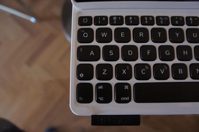 Detalle de la parte izquierda del teclado, no hay tecla mayúsculas ni tabulador dedicadas, sino que comparten función con la Q y la A