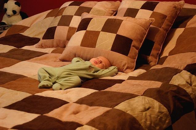 Bebé durmiendo con luz