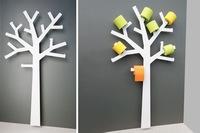 Un bonito árbol como soporte para el papel higiénico en el baño