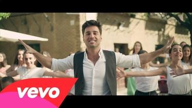 Más feliz que una perdiz está Bustamante en su nuevo videoclip. Y muy guapo también