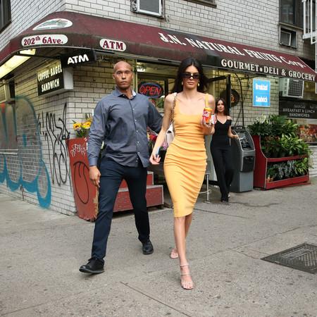 Kendall Jenner sabe cómo lucir un vestido sencillo (o simple): con sandalias de strass
