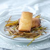Rollitos crujientes de langostinos y setas: receta de aperitivo fácil para lucirse con el menú navideño