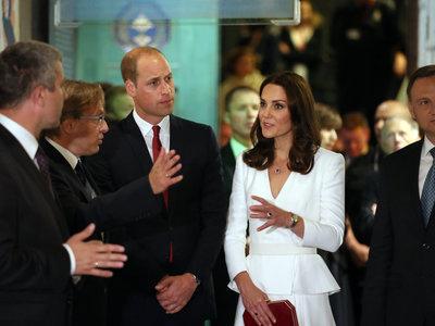 Kate Middleton repite con el color blanco en su viaje a Polonia