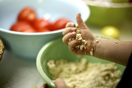Cinco maneras de inculcarle buenos hábitos de alimentación a tus hijos