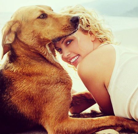 Charlize Theron y Tucker