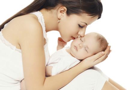 Madre Abrazando A Su Bebe