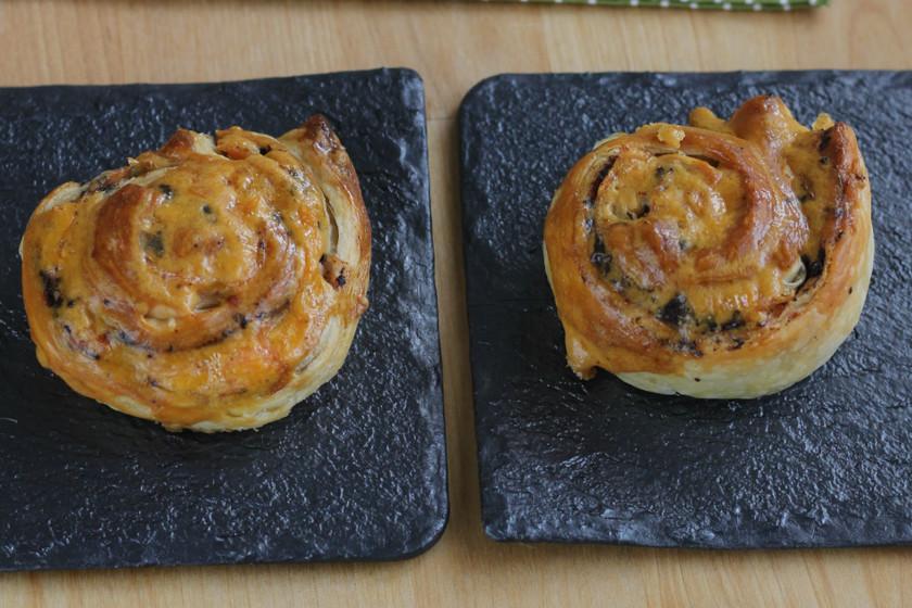 Espirales de hojaldre de tapenade y salmón ahumado, receta fácil de aperitivo