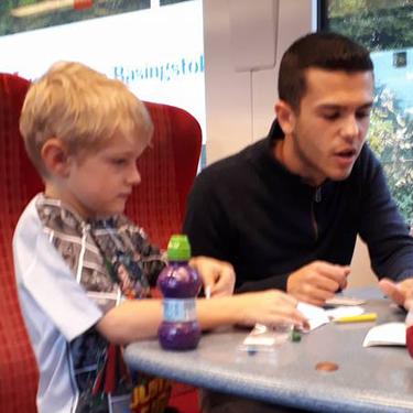 El amable gesto de un extraño, al ayudar a una madre que intentaba tranquilizar a su hijo con autismo y TDAH
