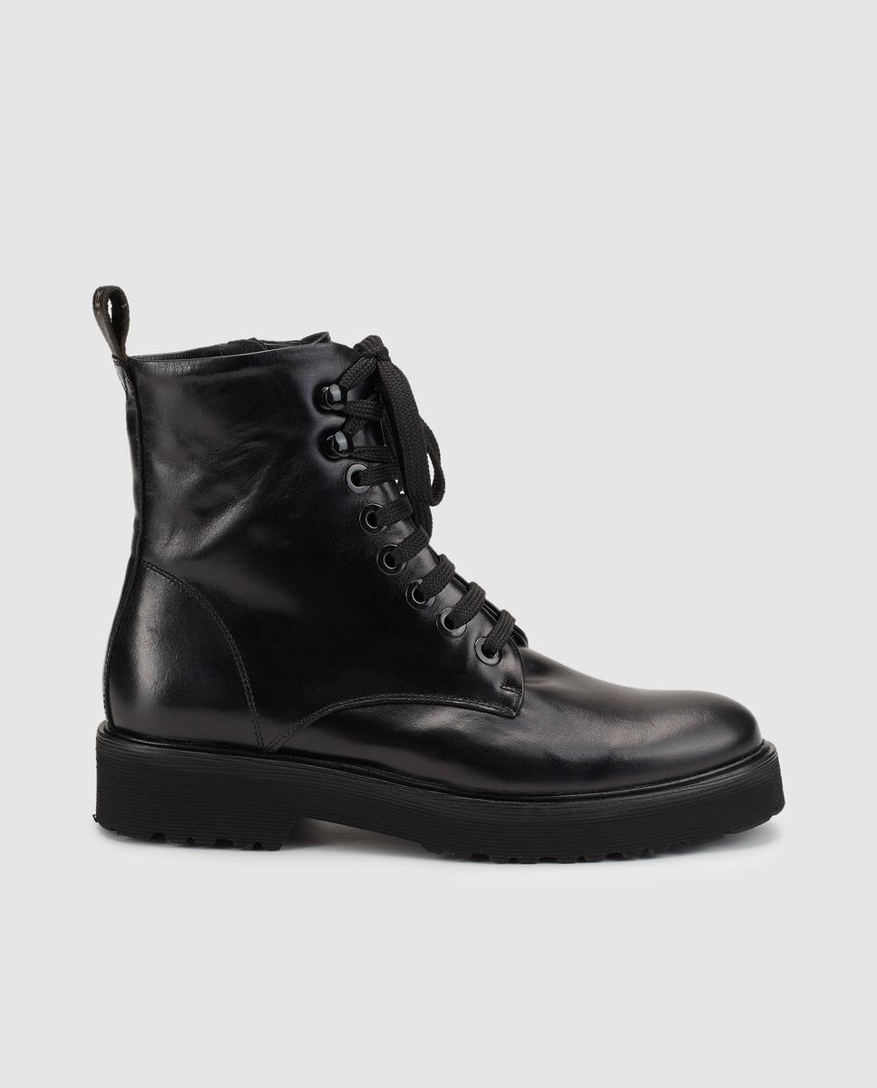 Botas planas de piel de color negro.