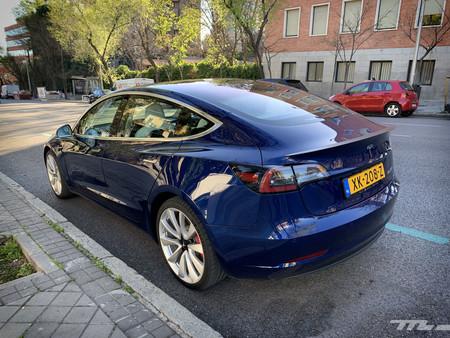 Tesla Model 3 Prueba trasera lateral