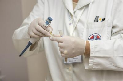 Cómo el marketing farmacéutico influye en la práctica de los futuros médicos