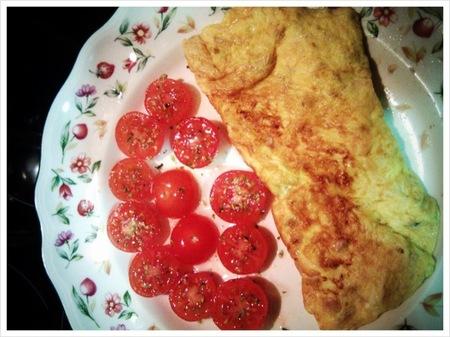 Cenas saludables para niños: tortilla francesa de cebolla y atún con tomatitos cherry al orégano
