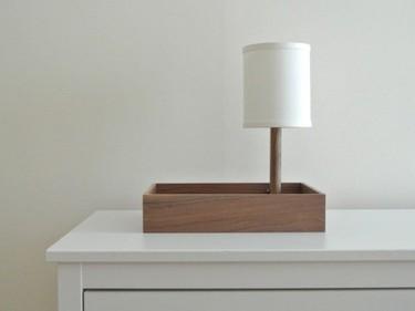 Una lámpara de mesa y bandeja, dos en uno