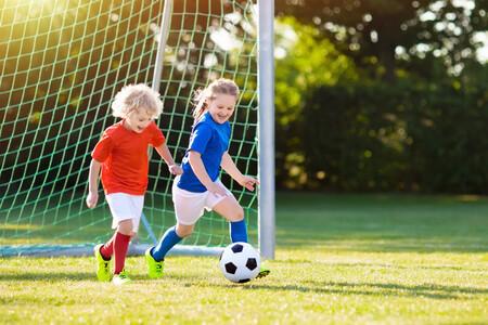 ¿Tu hijo es poco habilidoso para el deporte? Posibles causas y 11 consejos para ayudarle