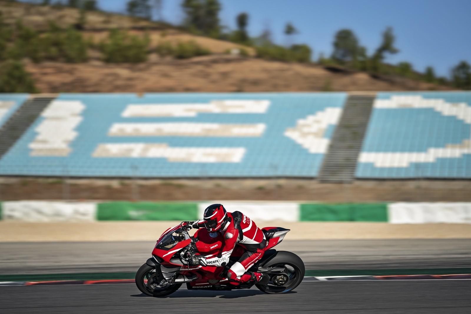 Foto de Ducati Panigale Superleggera V4 2020 (11/61)