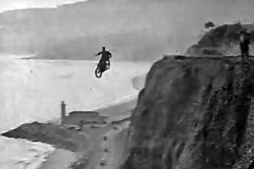 En 1927 este hombre fue el primero en tirarse en paracaídas con una moto sin matarse (pero casi)