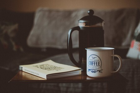 Para cafeteros de corazón: qué es la prensa francesa, cómo se usa y cómo hacer la taza de café perfecta