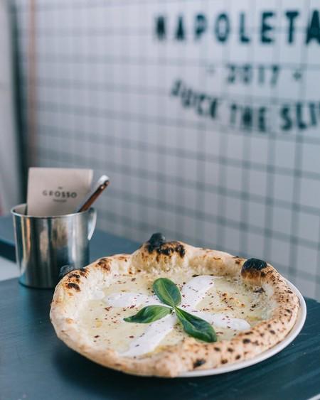 Hacer la masa de una auténtica pizza napolitana de restaurante en casa: un experto nos explica cómo (y es más fácil de lo que parece)