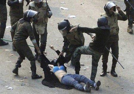 Un general egipcio justifica la agresión a la manifestante egipcia que ha conmovido a la red