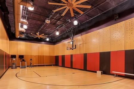 Media pista de baloncesto en las oficinas