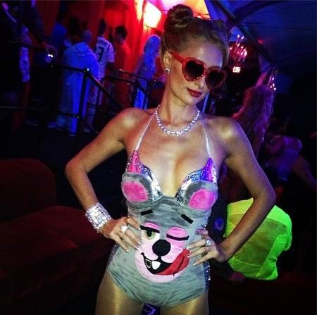 Paris Hilton se enfunda el disfraz de moda en este Halloween, ¿hace falta que os diga cuál es?
