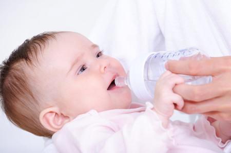 dar agua a los bebes de 2 meses