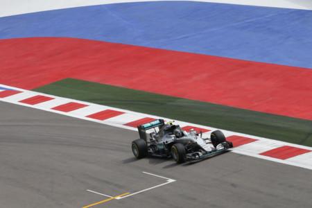 Nico Rosberg pesca una pole position en Rusia con Hamilton fuera de juego
