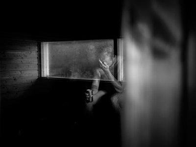 """El fotógrafo Javier Corso expone en Barcelona """"Fishshot"""", un retrato del alcoholismo en la Finlandia contemporánea"""