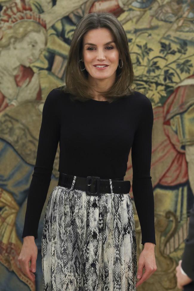Doña Letizia se deja llevar por la tendencia del estampado de serpiente  con una falda de Zara rebajada (pero agotada)