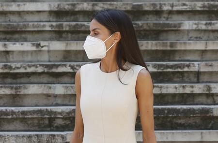 Doña Letizia apuesta por la tendencia de los vestidos blancos y arriesga con los complementos