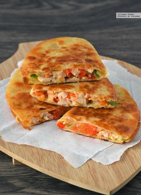 Quesadillas crujientes de pollo, papaya y provolone