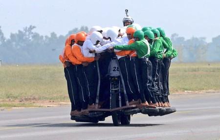 Compartir moto está bien, pero esto es demasiado ¡58 personas en la misma moto!