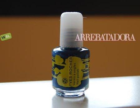 Uñas azules con 'Blue used' de Yves Rocher