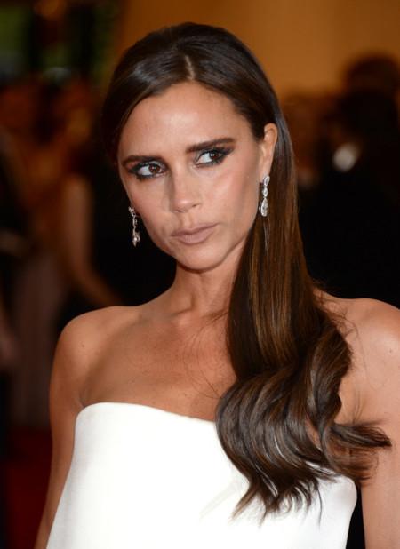 ¡Victoria Beckham barre para casa! Sencilla pero elegante con este diseño propio de color blanco