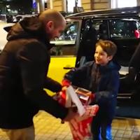 Un niño pierde su videoconsola en un taxi, pero un grupo de taxistas solidarios le devuelve la alegría