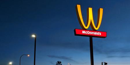 McDonald's ha puesto de cabeza la M de su logo por el Día Internacional de la Mujer