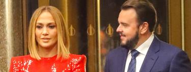 Jennifer López se ha marcado este lookazo en color rojo con el que nos ha dejado impresionados