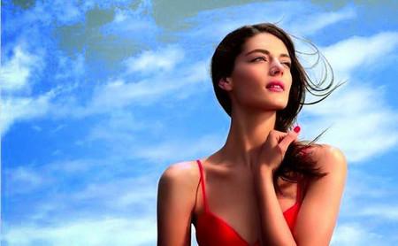 Katryn Kruger protagoniza la nueva campaña One Essential, el primer sérum detox y booster de Dior