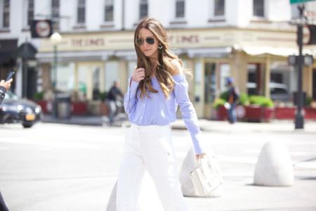 La prenda perfecta que no da ni frío ni calor: una blusa con los hombros al aire. ¿Tienes la tuya?