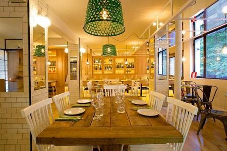 Madera y toques vintage: así es el restaurante Alcocer Cuarenta & Dos